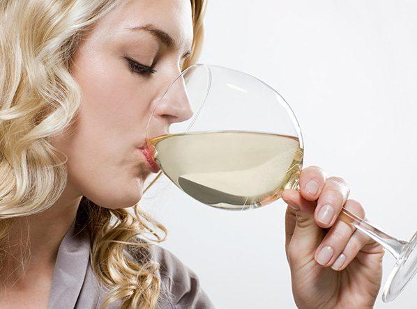Пьет вино