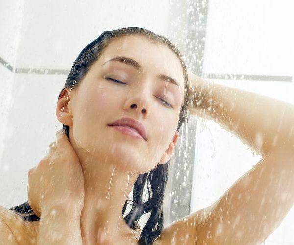 Принимает душ