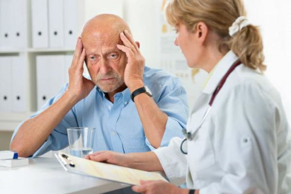 От чего падает давление у пожилого человека