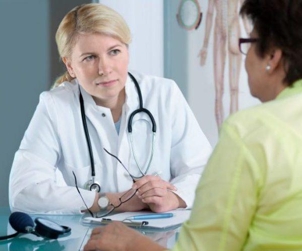 Разговаривает в врачом