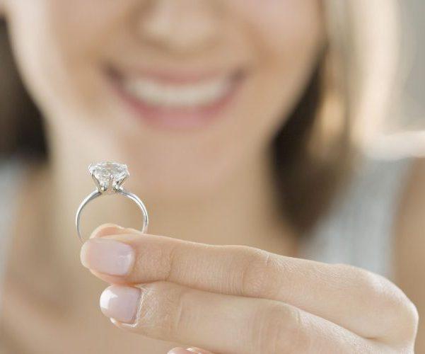 Держит кольцо