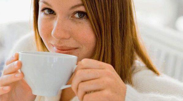 Пьет черный чай