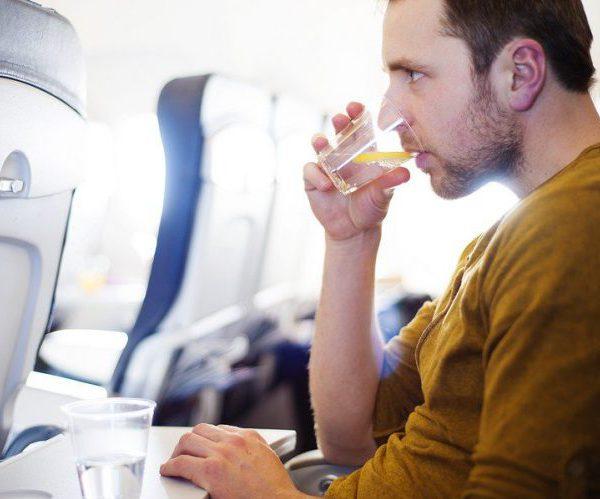 Пьет в самолете