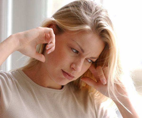 Почему болит голова и давит в уши